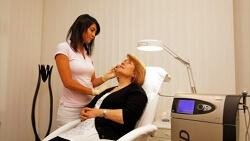 Faltenreduktion Hautverjüngung mit Ultraschall